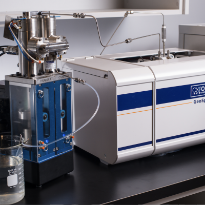 NMR rock core flow study apparatus including pump and NMR instrument